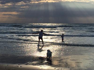Spelen in de schemering aan het strand van Zandvoort