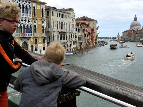 Slotjes tellen op de brug in Venetië