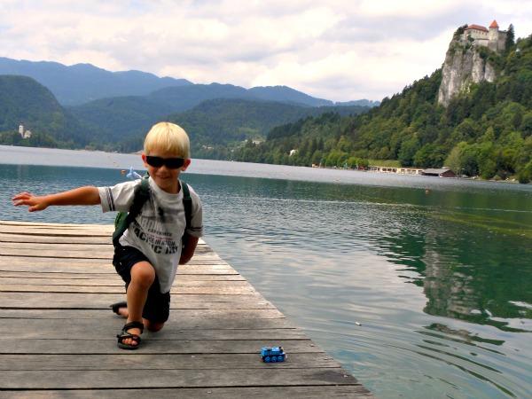 Tycho bij het prachtige meer van Bled in Slovenië