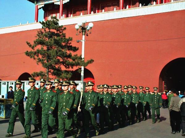 Soldaten marcheren bij de Verboden Stad in Peking