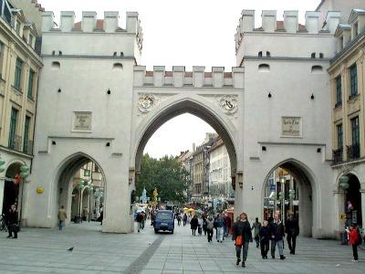 Voor één van de mooie stadspoorten in München