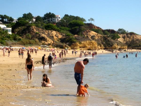 Het strand bij Albufeira in de Algarve