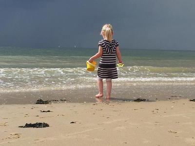Deze bui passeert het strand van Zeeland
