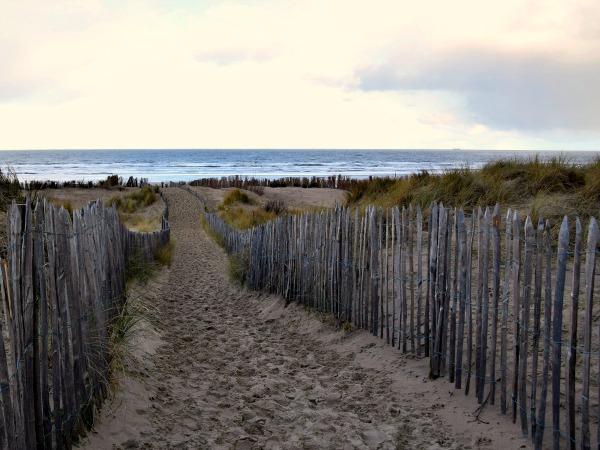 Door de duinen naar het strand bij De Haan