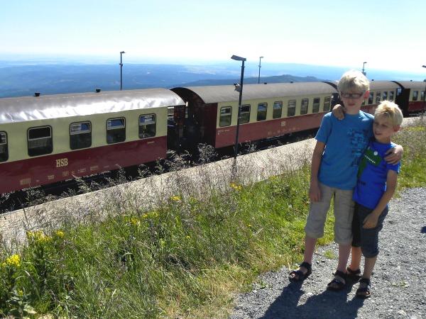 Zeb en Tycho bij de stoomtrein die ons bovenop de berg in de Harz bracht