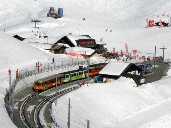 Ook in de sneeuw rijden de Zwitserse treinen omhoog