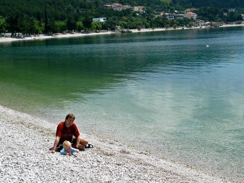 Spelen op het kiezelstrand tijdens een tussenstop in Kroatie
