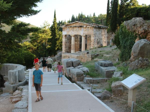 Lekker rondstruinen tussen de ruïnes van Delphi