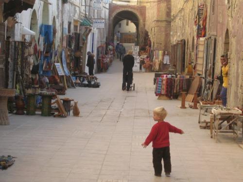 Tycho van 2 kijkt zijn ogen uit in Essaouira, Marokko