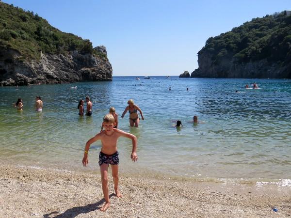 Tycho op het strand van Paleokastritsa, Corfu
