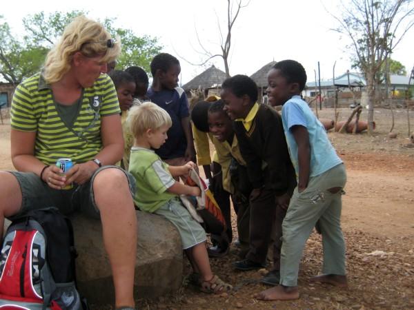 Tycho maakt vrienden in Afrika