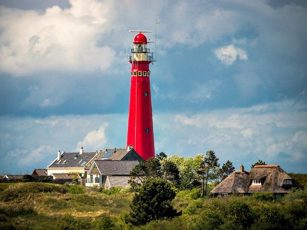 De mooie rode vuurtoren van Schiermonnikoog
