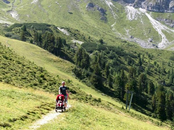 Wandelen met kinderwagen in de bergen van Tirol