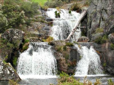 Waterval in de bergen van Noord-Portugal