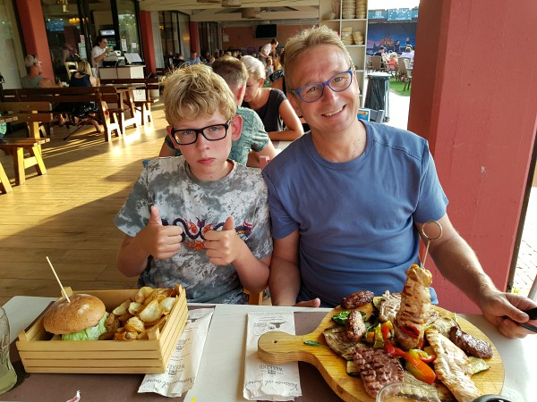 Uit eten bij het restaurant op Camping Weekend