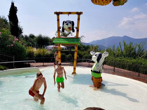 De glijbaan komt uit in dit kinderbad van Camping Weekend