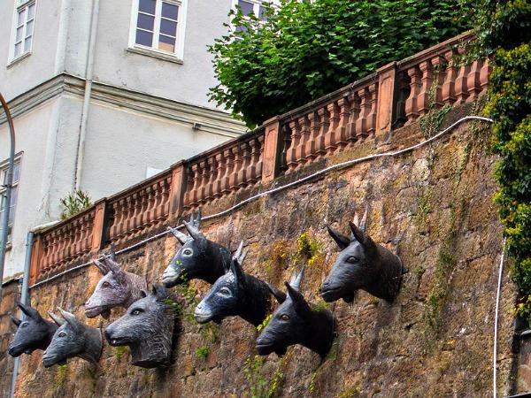 De wolf en de 7 geitjes aan de stadsmuur in Marburg