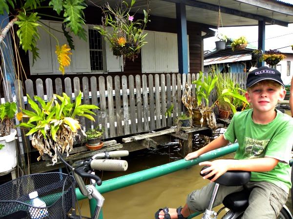 Zeb achterop de fiets in Bangkok