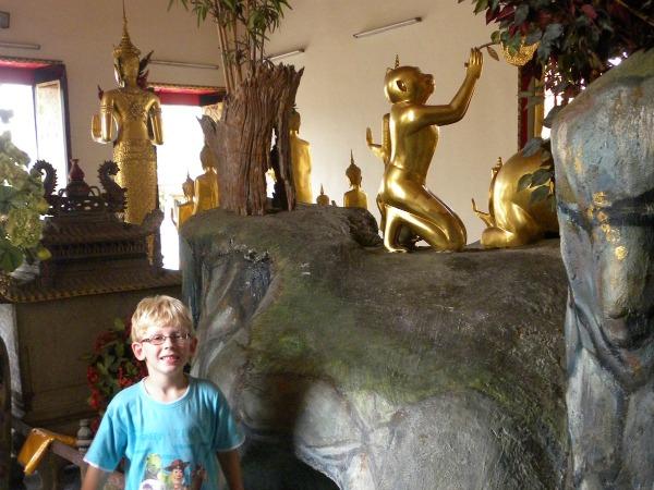 Zeb bij een gouden aap in een tempel in Bangkok