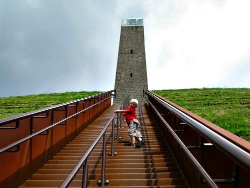 Zeb beklimt de Pyramide van Austerlitz
