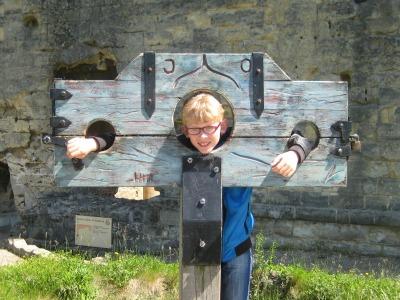 Zeb aan de schandpaal bij kasteelruïne Valkenburg