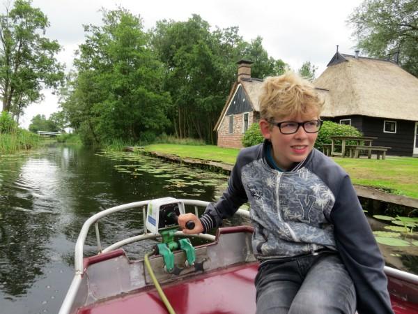 Zeb bestuurt het fluisterbootje in de Weerribben