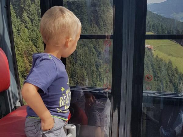Peuter in de Spieljochbahn gondel