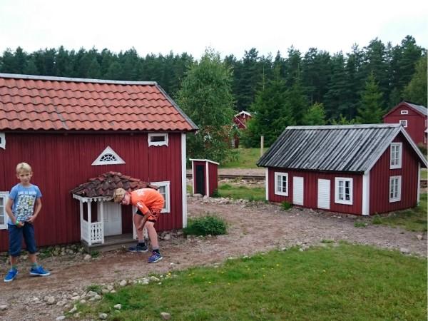 Zeb en Tycho inspecteren de Zweedse huisjes in Nils Holgerssons Wereld