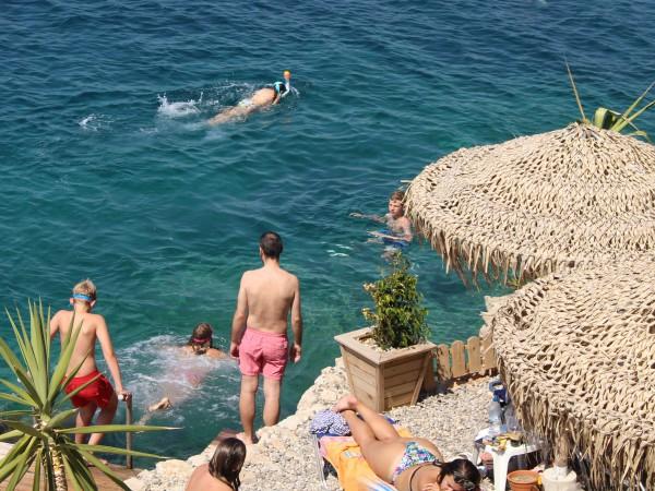 Bij Pylos kan je ook van de rotsen in zee springen
