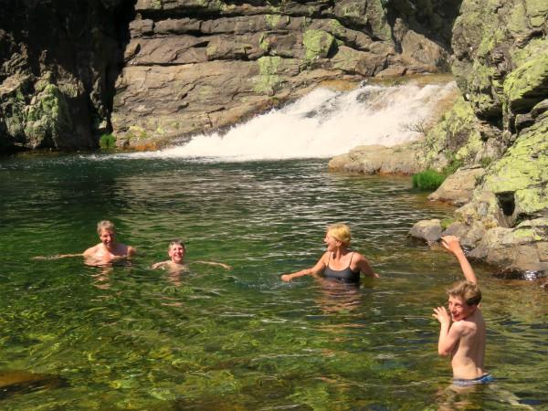 Zwemmen bij een waterval in de bergen van Noord-Portugal