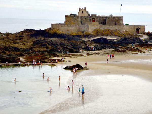 Strand en fort bij St. Malo