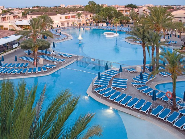 Een zonvakantie op mallorca met kinderen - Zwembad met strand ...