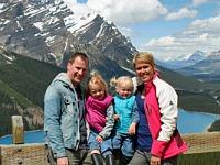 Poseren voor de besneeuwde bergen in Canada