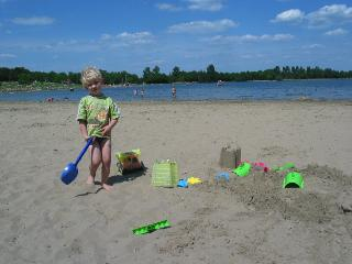 Zeb op het strandje bij het recreatiemeer