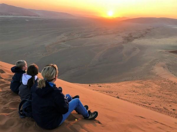Met de kinderen op een zandduin in Namibië