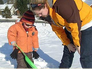 spelen in de sneeuw bij de kinderopvang