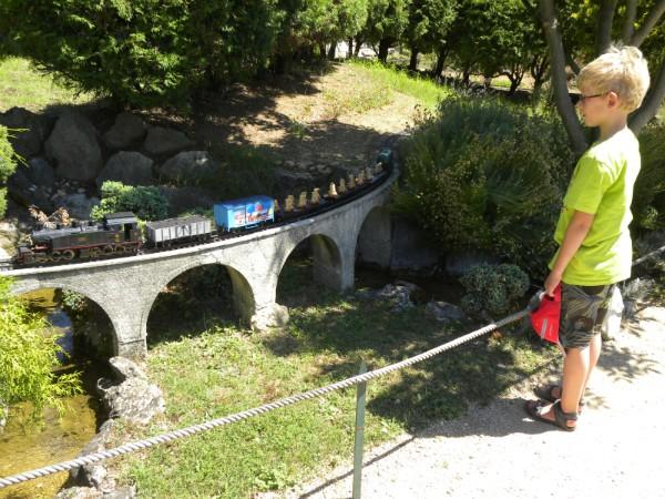 Zeb bewondert de treinen bij Ardeche Miniatures