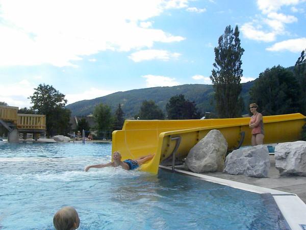 glijbaan in openlucht zwembad in Oostenrijk