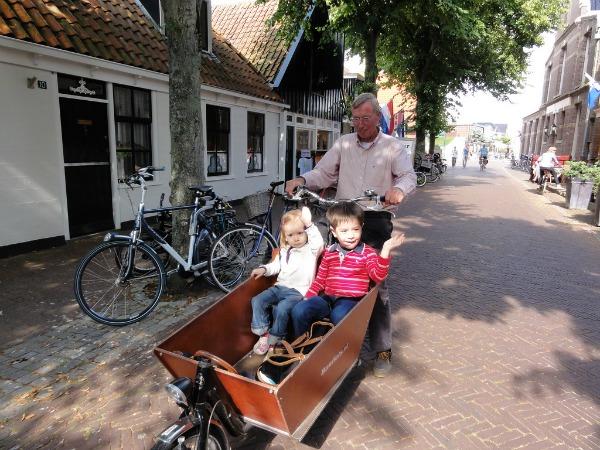 Met de bakfiets in het dorp Vlieland-Oost