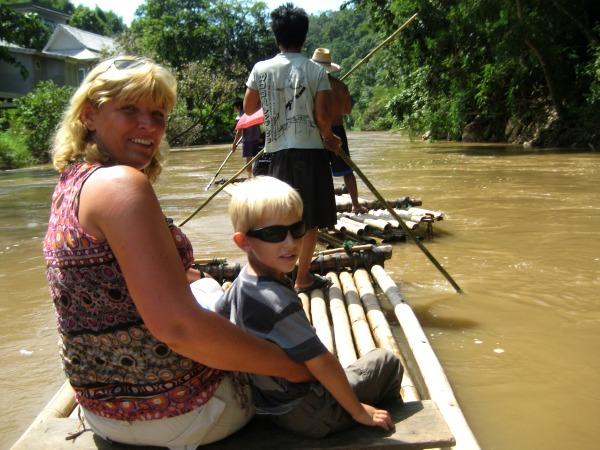 Met Tycho op een bamboeraft in de jungle rond Chiang Mai