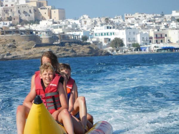 Zeb op de banaan met op de achtergrond Chora, Naxos-stad