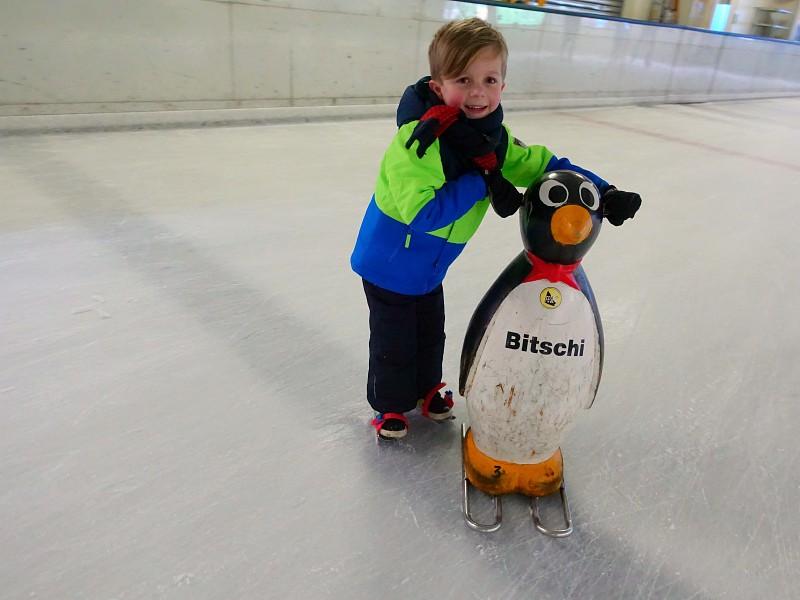 schaatsen met hulp van pinguin