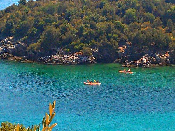 Kayaken bij het eiland Bella Vraka