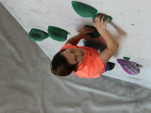 Jongen is aan het boulderen, klimmen zonder beveiliging
