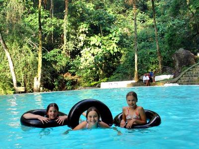 Een zwembad op een prachtige plek in de jungle