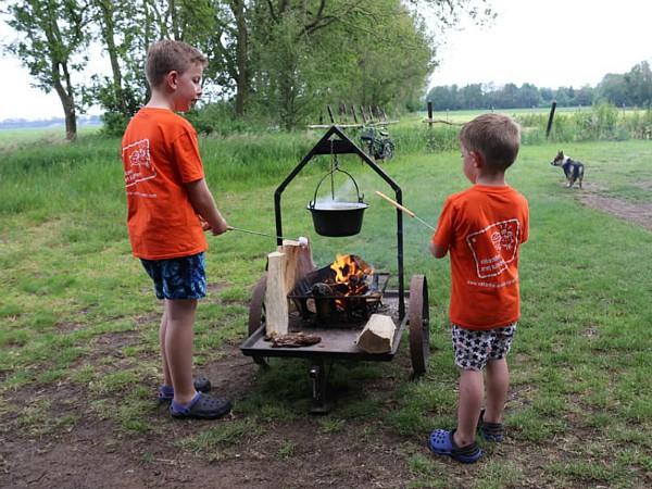 Lekker buiten koken op de kampvuurkar bij Boerenbed De Lange Weide in Drenthe