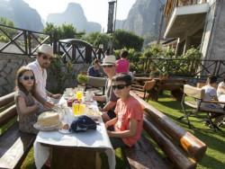 Ontbijt in de tuin bij Hotel Tsikeli