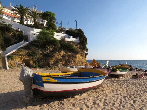 Bootjes op het strand bij Carvoeiro