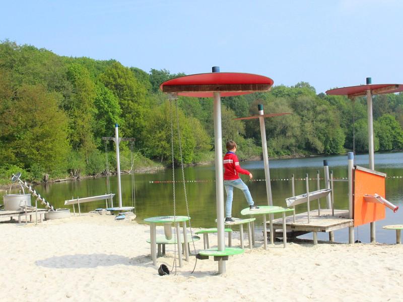 Spelen op de speeltoestellen op het strandje bij Borken am See