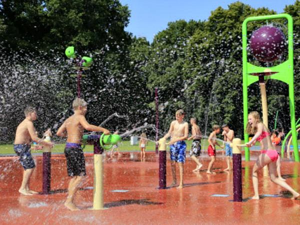 waterpret in het spraypark